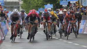 Eduard Grosu (costum albastru-portocaliu) a sosit pe locul cinci în etapa a 13-a din Turul Italiei