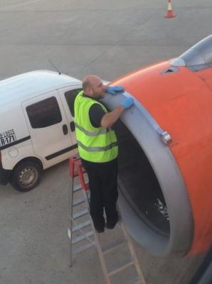 Imaginea pe care nu vrea să o vadă niciun pasager: avion reparat cu bandă adezivă / Foto: Twitter.com