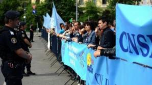 Peste 300 de funcționari publici protestează, în Piața Victoriei