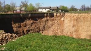 Fenomen alarmant la graniţa României. Pământul s-a surpat: case înghiţite, oameni îngroziţi