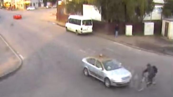 Momentul în care un biciclist este lovit în plin de un taxi care nu a acordat prioritate