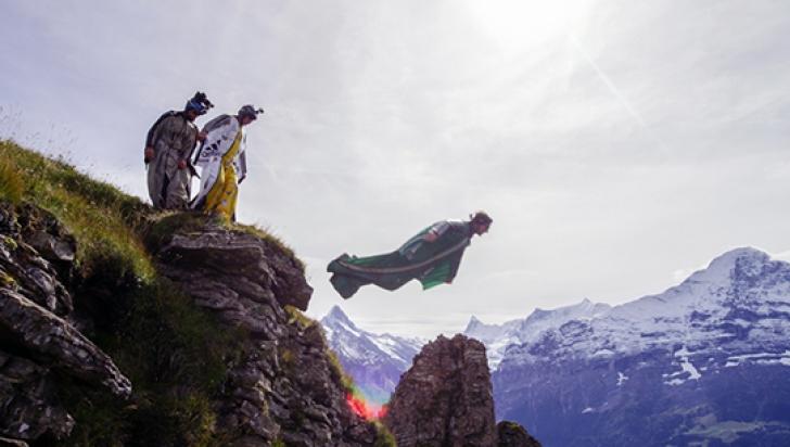 """Dean Potter facea wingsuitflying, un zbor liber, cu ajutorul un costum special numit """"wingsuit"""""""