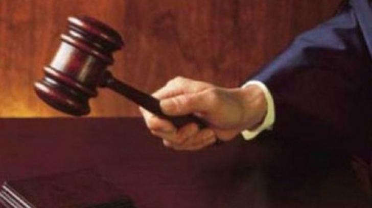 Şi magistraţi mai greşesc: Au uitat să aducă la proces o persoană aflată în arest la domiciliu