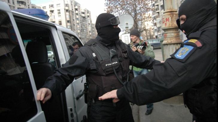 Trei persoane, arestate pentru introducerea în țară de droguri de risc ascunse într-un cozonac