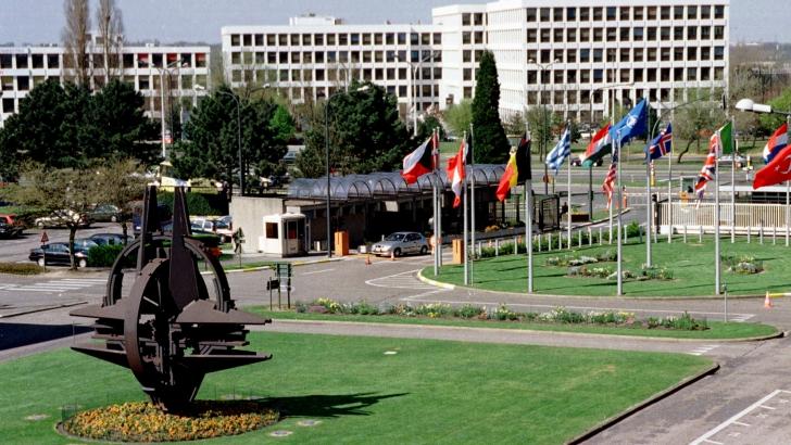Zeci de presupuși spioni ruși, expulzați de NATO din cartierul său general de la Bruxelles