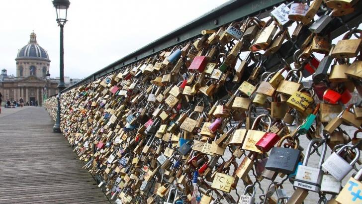 """Cel mai celebru pod al Parisului rămâne fără """"lacătele iubirii"""". Primăria a câştigat"""