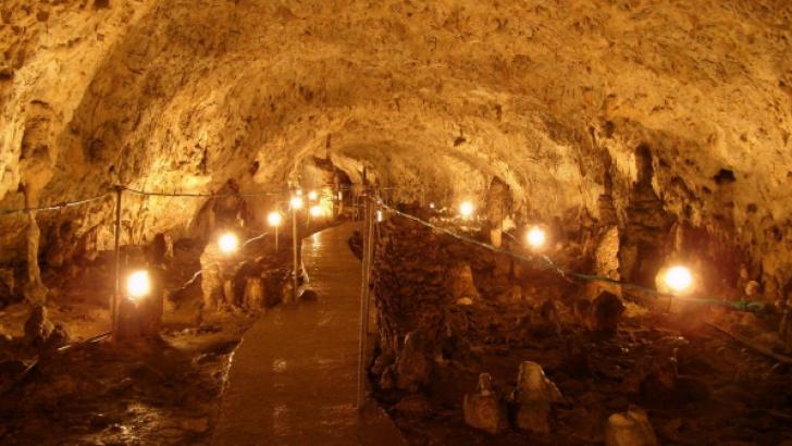 Miniştrii cabinetului Ponta s-au retras în peşteră. Au fost primiţi cu aplauze şi pâine şi sare