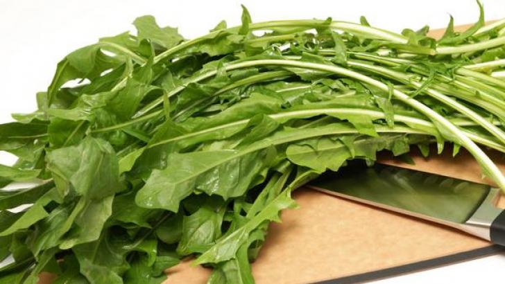 Salata de păpădie, beneficii miraculoase pentru sănătate. Cum se prepară