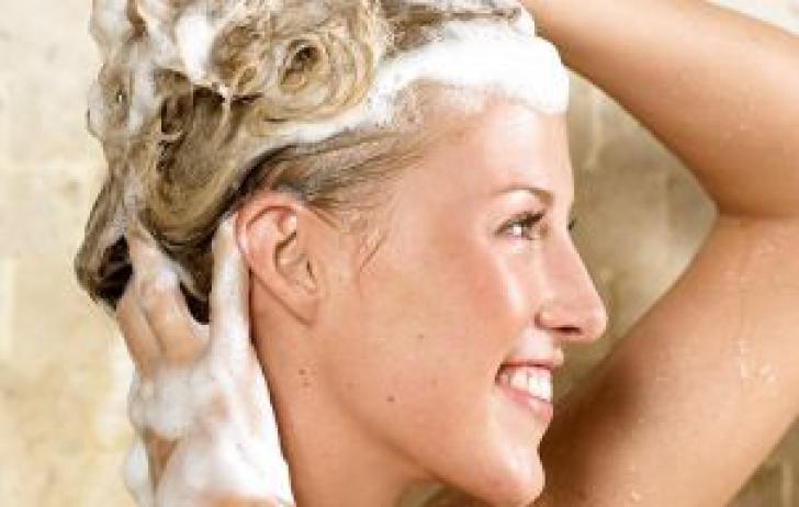 Cum să-ţi speli părul corect, în funcţie de tipul său