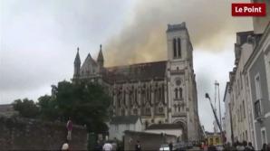 O basilică istorică din Franţa a fost mistuită de flăcări