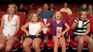 Pe ecran rulează un film, iar cei din sală primesc un SMS. După aceea se întâmplă ceva fenomenal