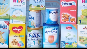 Atenţie la laptele praf pentru bebeluşi. Cât de dăunătoare sunt aceste produse pentru copii