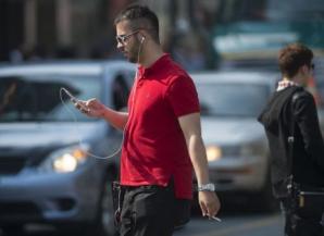 Tinerii români dau mai mulți bani pe haine decât cehii