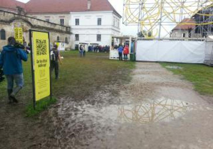 Mii de fani de la Electric Castle au dansat şi au cântat prin noroi. IMAGINI