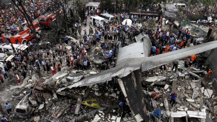 Peste 100 de persoane au murit în urma prăbușirii unui avion militar în Indonezia