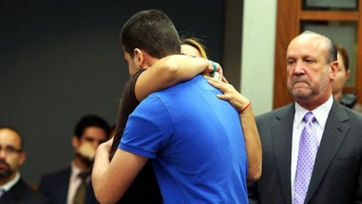O mamă îl îmbrățișează, la proces, pe ucigașul fiicei sale. Ce a urmat va rămâne în istorie