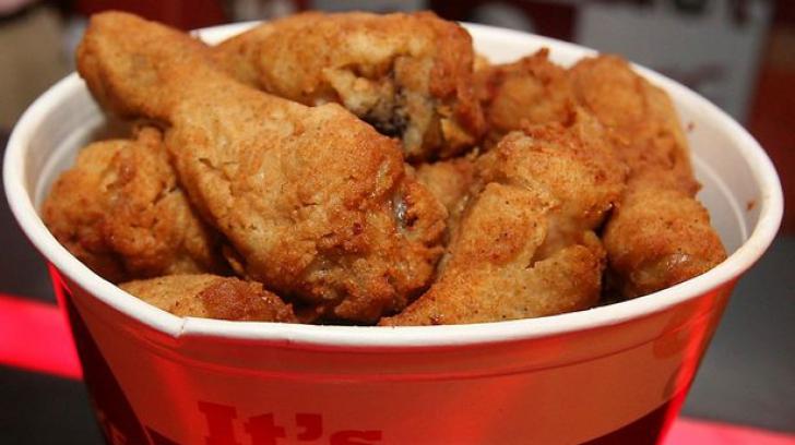 Îţi întoarce stomacul pe dos. Ce a găsit într-o bucată de pui de la KFC - FOTO
