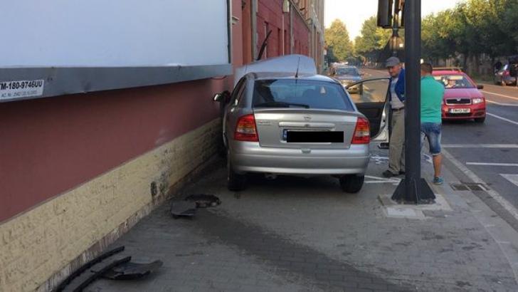 O şoferiţă a intrat cu maşina într-o casă