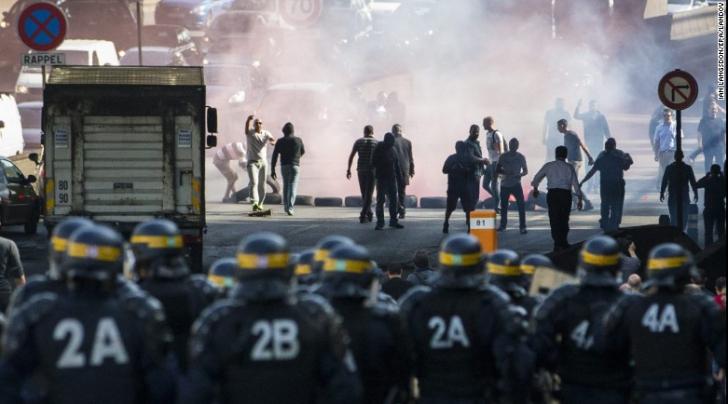 Preşedintele Franţei condamnă violenţa în care au degenerat protestele anti-Uber din Paris