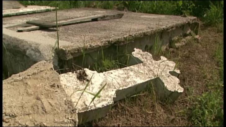 Ce au găsit doi tineri care au dezgropat un bărbat înmormântat în urmă cu doi ani, în Maramureş