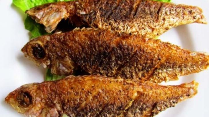 Ce să faci când îţi rămâne un os de peşte în gât