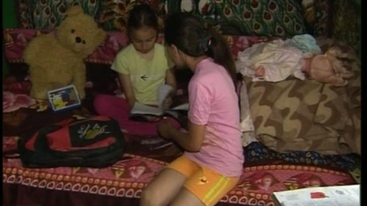 Fetițele care împart același pix pentru a-și face temele