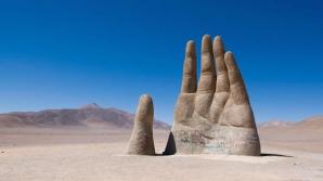 Mâna din deșert, o sculptură din anii 1980