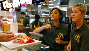 Ce salarii sunt la McDonald's. Cât câştigă un angajat la început şi la ce sumă poate ajunge