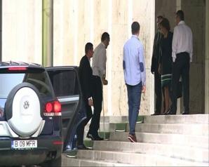 Victor Ponta s-a întors în țară. Premierul a mers la Guvern cu barbă şi în cârje / Foto: Captura video