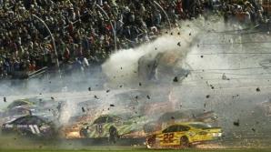 Clipe de groază la NASCAR! O maşină a zburat în gardul de protecţie. Peste 20 de maşini, făcute praf / Foto: USA Today