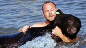 Momentul terifiant în care un bărbat se aruncă în apă după un urs de 170 kg. Ce a urmat e uluitor!