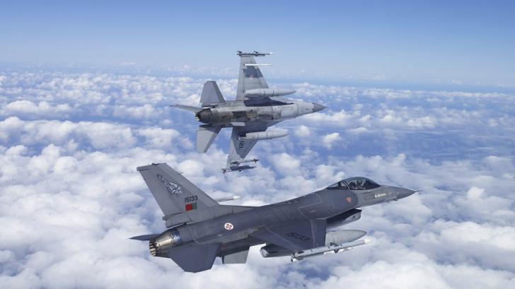 Militarii au sărbătorit Ziua Aviaţiei Române. Bucureştiul a fost survolat de avioane de luptă