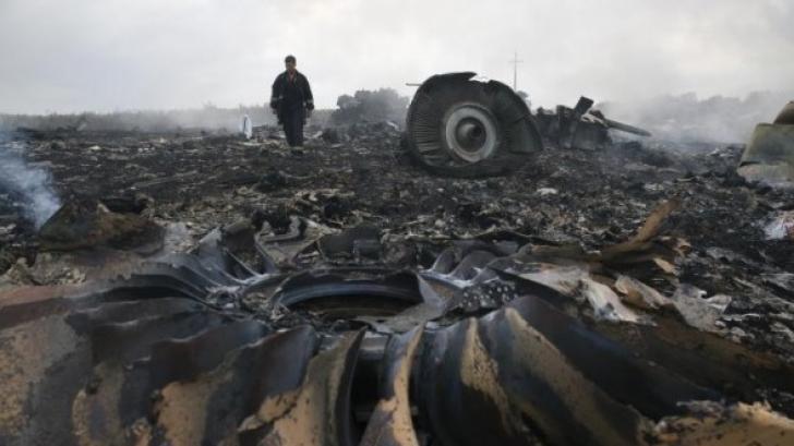 Zborul MH17. Imagini în care separatiştii scotocesc printre obiectele victimelor, făcute publice