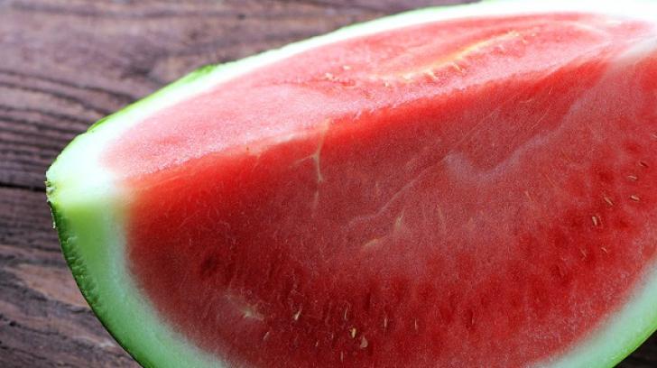 O felie de pepene l-a nenorocit pe un băieţel de 10 ani. Dus cu elicopterul SMURD la Timişoara