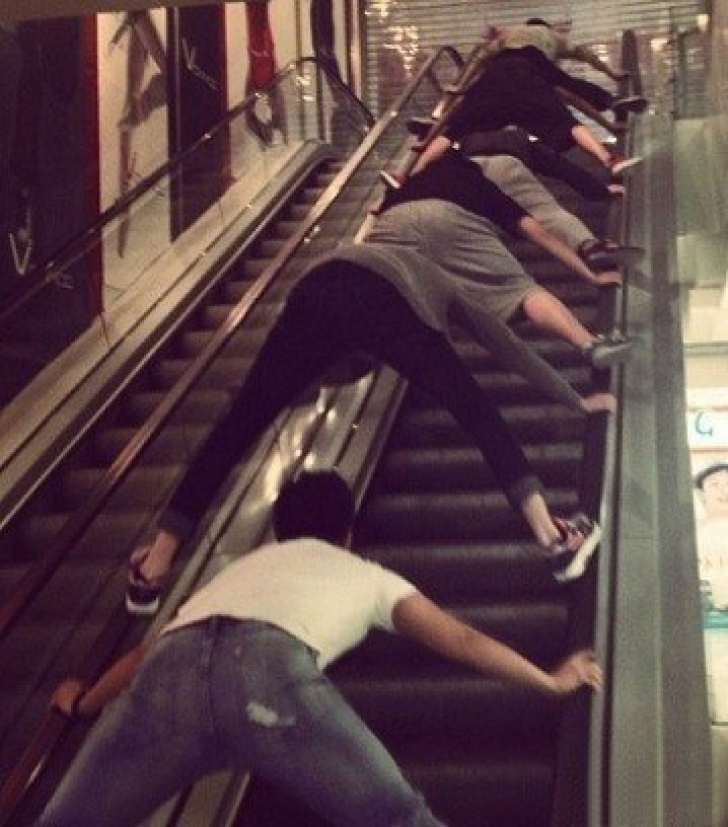 Imagini greu de înțeles. De ce merg chinezii așa pe scările rulante. Explicația e uimitoare