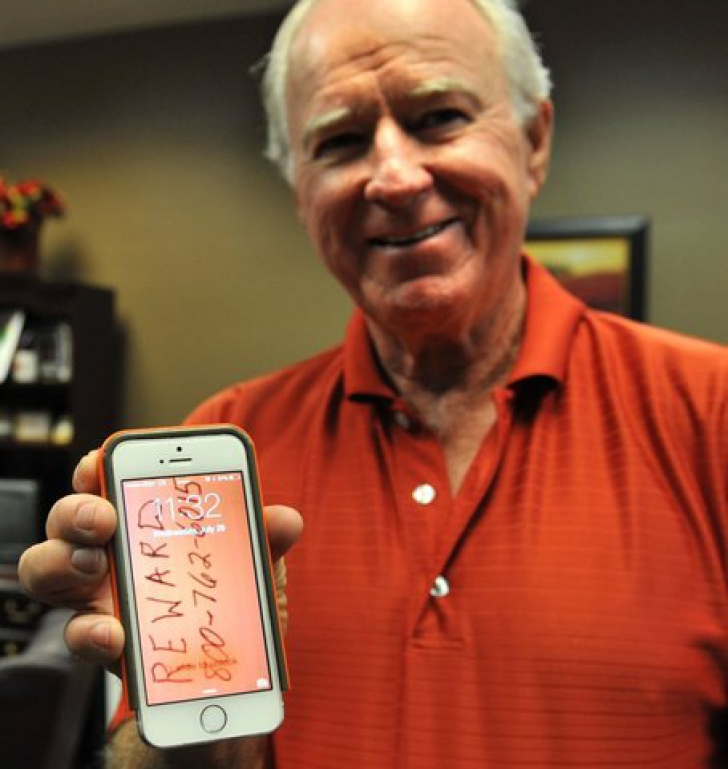 I-a căzut telefonul din avion de la 2835 m, dar a avut o surpriză enormă când l-a găsit