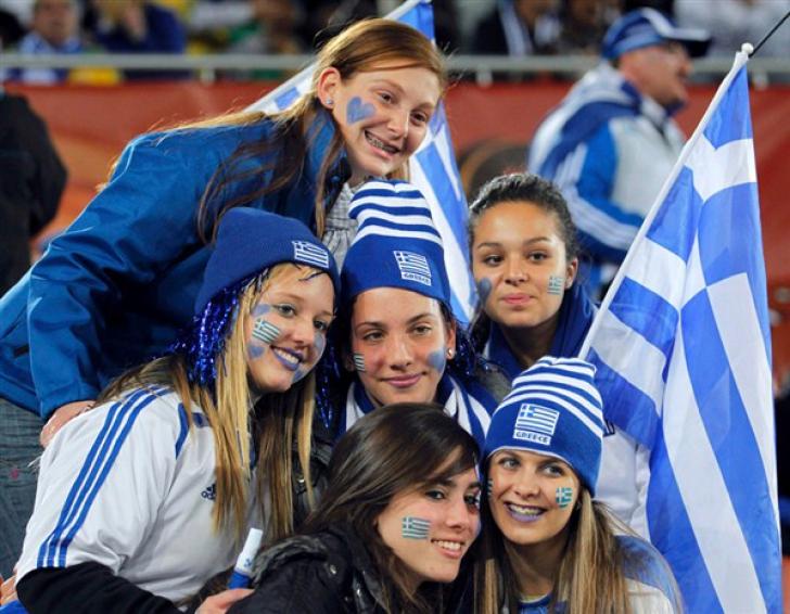 IMAGINI EMOŢIONANTE Grecia acum şi Grecia atunci: de la zâmbete şi petreceri la lacrimi şi proteste