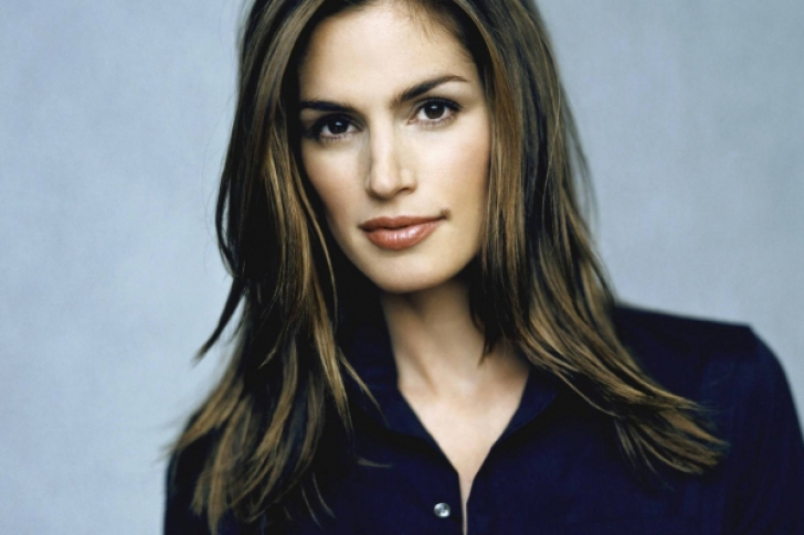Gest senzational: Cindy Crawford, la 49 de ani, topless in padure
