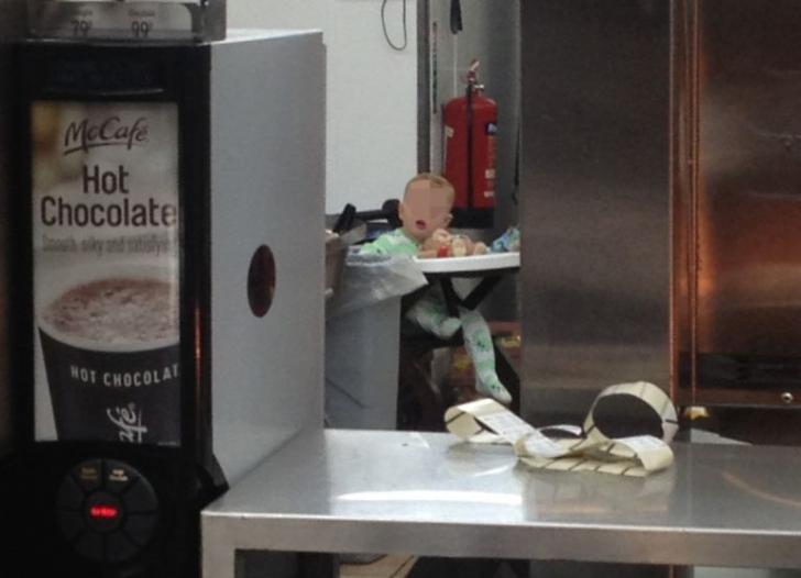 Fotografia care face furori pe internet. Ce ascundea un angajat al McDonald's in spatele tejghelei