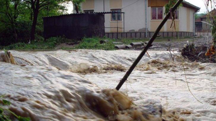 Pompierii intervin în Olt pentru a scoate apa din casele inundate