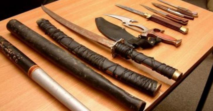 Bătaie cu săbii între clanuri: patru răniţi. O tânără a fost tunsă cu sabia