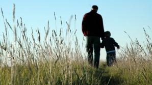 Un tată bogat şi-a dus fiul să vadă cum trăiesc săracii. Reacţia copilului este extraordinară!
