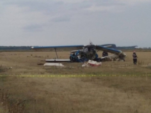 Un avion utilitar s-a prăbuşit la Brăila. Două persoane au fost rănite. Primele imagini