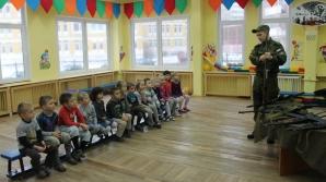 Imagini şocante! Iată cu ce se joacă la grădiniţă copiii ruşi