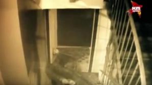 Caz înfiorător! O bătrână considerată canibală, filmată în timp ce transporta un cadavru