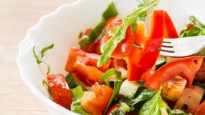 Cum slăbești cu salată de roșii și castraveți