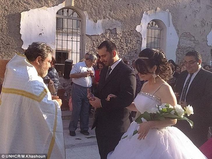 Pare o simplă nuntă, dar imaginile de la căsătorie emoţionează milioane de oameni. Care e motivul
