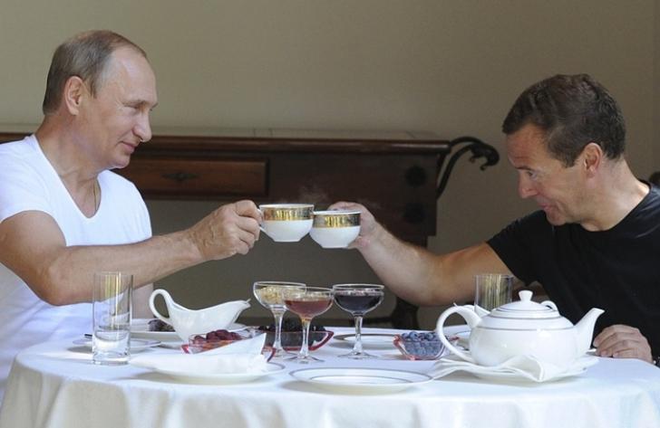 Imagini inedite cu Vladimir Putin și premierul Medvedev! În ce ipostaze au fost fotografiați