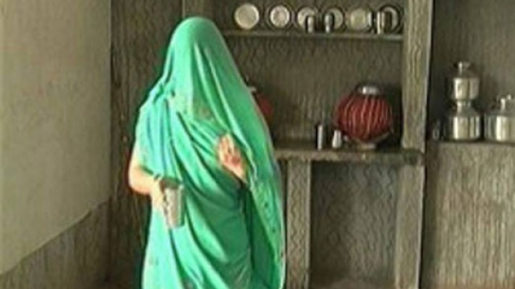 """Victima unui viol, obligată să balanseze o piatră de 40 de kg pe cap pentru a-și dovedi """"puritatea"""""""