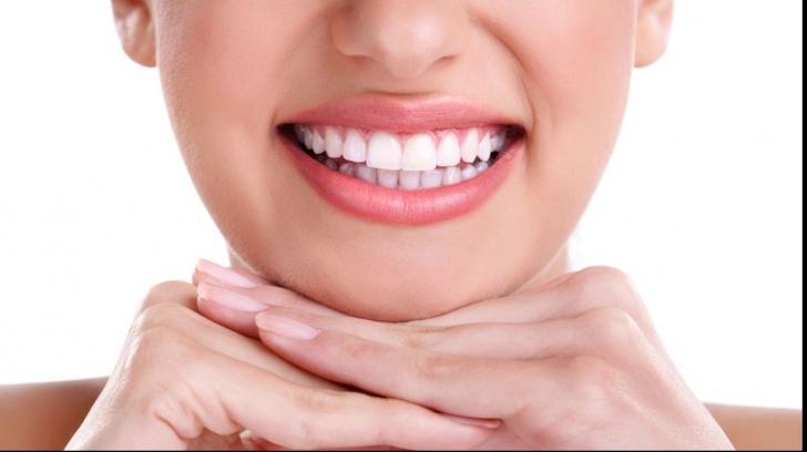 De ce ni se îngălbenesc dinții? Metode naturiste de albire
